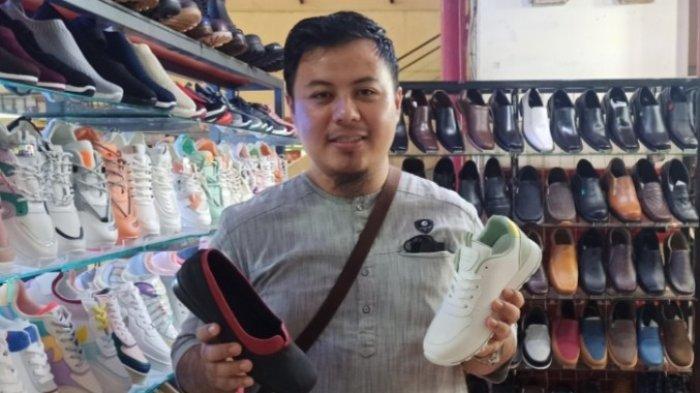 Berkah Ramadan, Penjual Sepatu di Pasar Baru Banyak Pembeli, Laku Ratusan Pieces