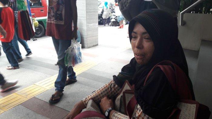 Wanita Ini Jajakan Tas Pada Setiap Pengunjung Pasarbaru Bandung, Kisah di Baliknya Mengharukan