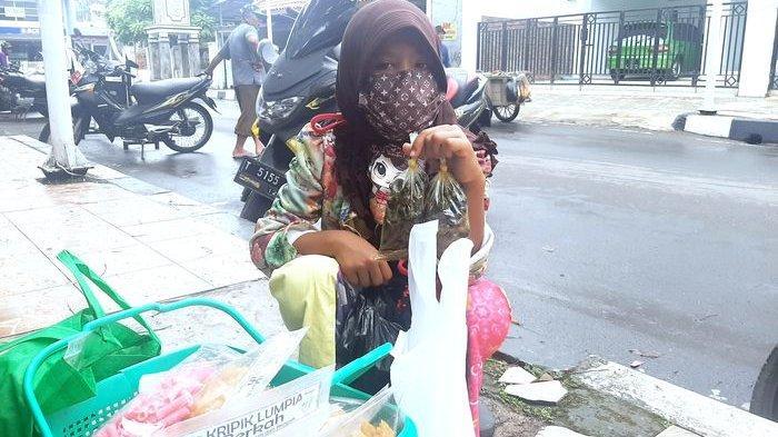 Kisah Nur Afaf Gadis Cilik Penjual Tutut di Purwakarta yang Berdagang Setelah Ngerjain Tugas Sekolah