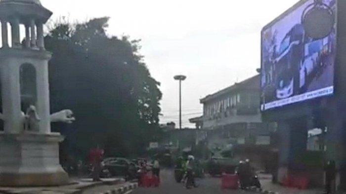 Sejumlah Ruas Jalan di Bandung Mulai Ditutup, Pengendara Bandel Sempat Dilempar Barier Oleh Petugas