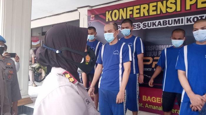 Kapolres Sukabumi Kota AKBP Sumarni berbincang dengan pelaku penyalahgunaan narkoba di Mapolres Sukabumi Kota, Selasa (13/7/2021).