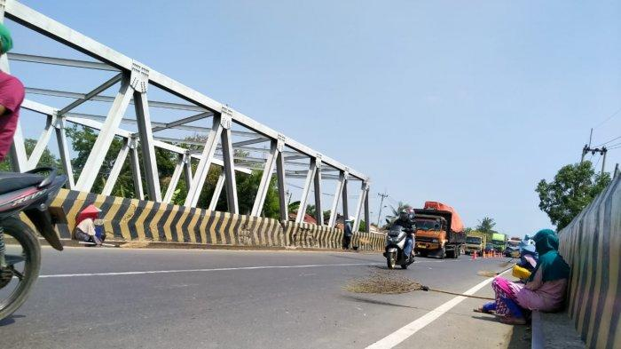 Cara Penyapu Koin Mengais Rezeki di Jembatan Sewo Indramayu Tergolong Ekstrem dan Menantang Maut
