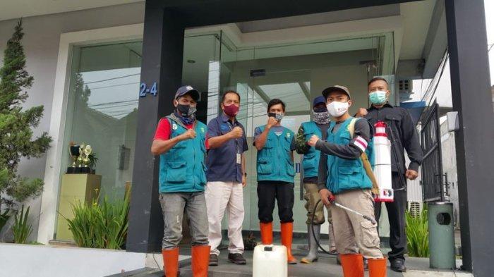 Cegah Penyebaran Covid-19, Tim Kecamatan Bandung Kidul Semprot Tribunjabar dan Edukasi 5M