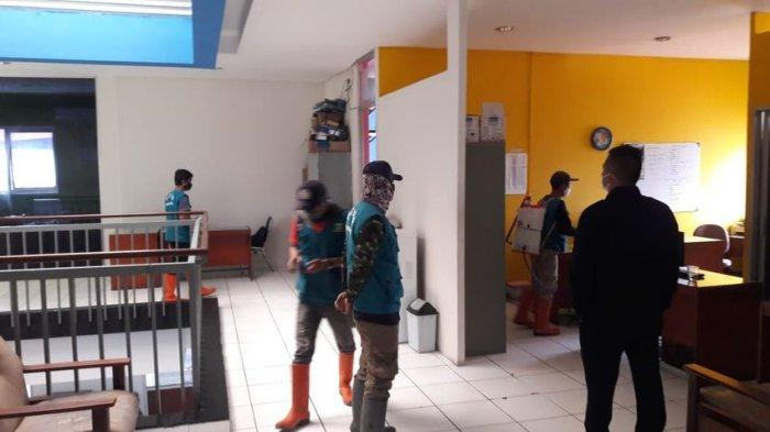Tim dari Kecamatan Bandung Kidul, Kota Bandung, bekerja sama dengan PMI Kota Bandung melakukan penyemprotan kantor Tribunjabar.id, di Jalan Sekelimus Utara, Soekarno-Hatta, Kota Bandung, Senin (28/6/2021).