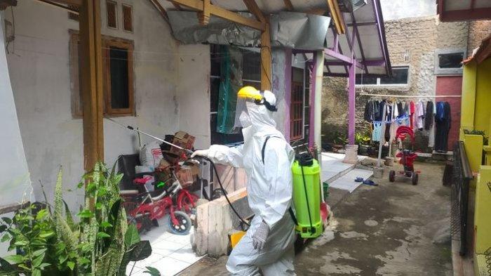 Penyemprotan disinfektan di rumah warga di Kelurahan Majalengka Wetan di Kabupaten Majalengka, Kamis (22/7/2021).