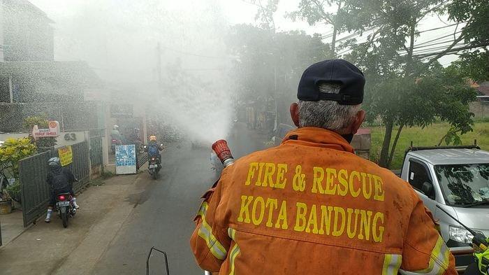 Penyemprotan disinfektan di wilayah Kecamatan Rancasari, Kota Bandung, Selasa (15/6/2021). Penyemptotan dilakukan lantaran Kecamatan Rancasari memiliki kasus Covid-19 tertinggi kedua di Kota Bandung.