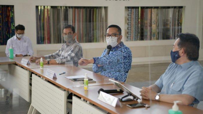 Gubernur Jabar Ridwan Kamil saat menyerahkan Sertifikat SNI Produk Ateja Mask di PT Ateja Tritunggal, Padalarang, Kabupaten Bandung Barat, Senin (19/4/2021).