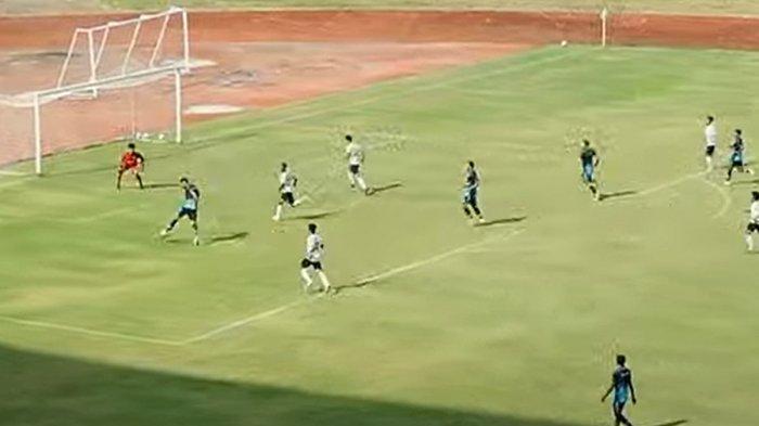 Penyerang Persib Bandung Wander Luiz saat membobol gawang Persib U-20 di Stadion Gelora Bandung Lautan Api (GBLA), Sabtu (28/8/2021).