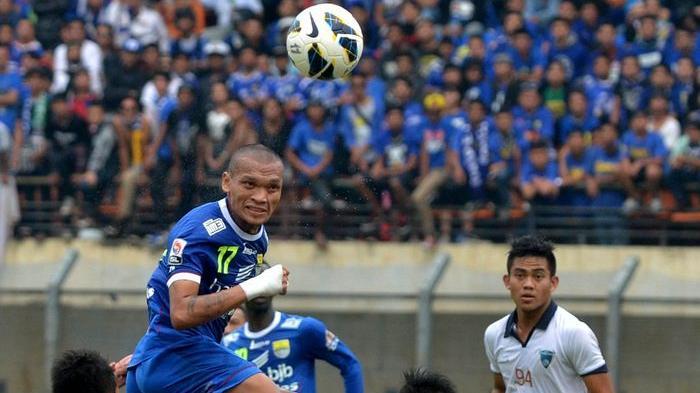 Penyerang Persib Bandung, Ferdinand Sinaga menyundul bola pada laga melawan PBR di Stadion si Jalak Harupat, Soreang -  Kabupaten Bandung, Senin (6/10/2014). Pada laga ini, Persib unggul 1 - 0 atas PBR.