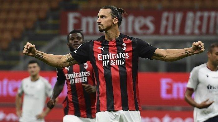 Penyerang Swedia AC Milan, Zlatan Ibrahimovic merayakan gol kedua timnya melalui tendangan penalti pada pertandingan sepak bola Serie A Italia AC Milan vs Bologne di stadion San Siro di Milan pada 21 September 2020.