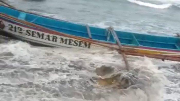 Perahu nelayan di Ujunggenteng, Sukabumi, yang rusak karena terseret gelombang tinggi.