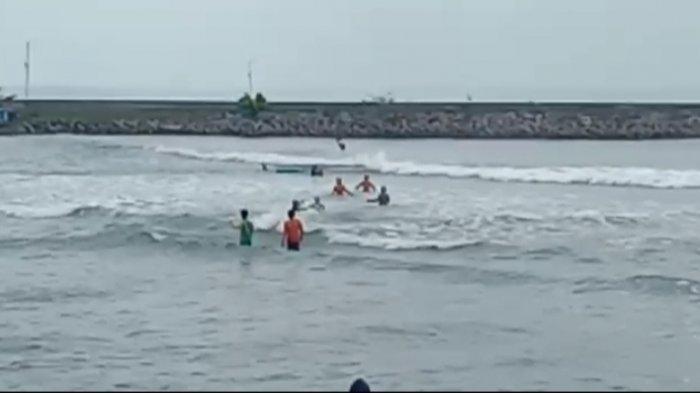 Cuaca Ekstrim di Pantai Pangandaran, Kapal Nelayan Asal Cilacap Terbalik Dihantam Ombak