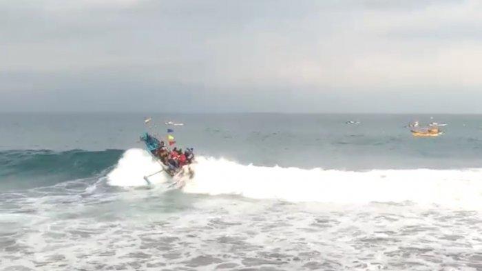 Perahu Ditumpangi 20 Pemancing di Laut Sukabumi Dihantam Gelombang Tinggi