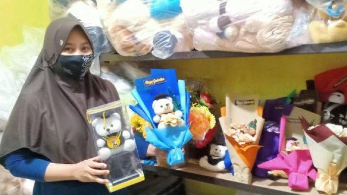 Penjual Boneka Wisuda Bertahan di Tengah Pandemi Covid-19, Jualan Online karena Wisudanya Daring