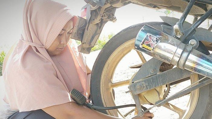 Kartini Zaman Now, Perempuan Ini Sudah 8 Tahun Jadi Penambal Ban, Jadi Ibu Tangguh Buat 2 Anaknya