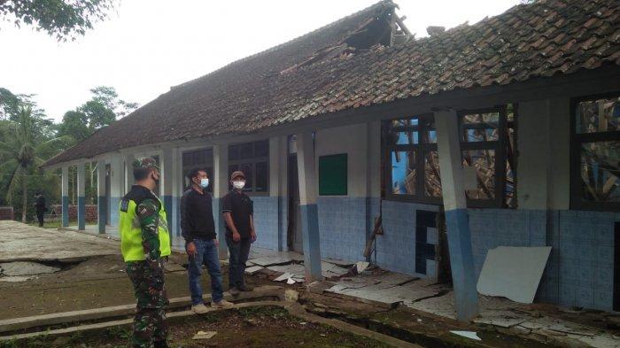 Pergerakan Tanah di Singajaya Garut, Bangunan Kantor Desa dan Sekolah Rusak Berat