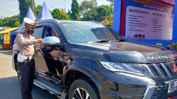 Kanit Dikyasa Satlantas Polrestabes Bandung, AKP Asep Kusmana, terjun langsung memeriksa kelengkapan dokumen pengendara yang hendak masuk ke Kota Bandung melalui pintu Tol Pasteur, pada hari keenam pelaksanaan Pemberlakuan Pembatasan Kegiatan Masyarakat (PPKM) Darurat, Kamis (7/6/2021)