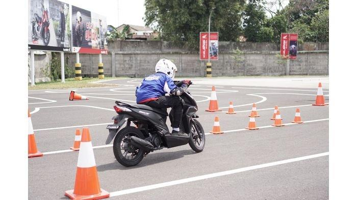 Siswa-siswi SMK Jawa Barat Adu Skill Berkendara di Honda BeAT Safety Riding Competition for Student