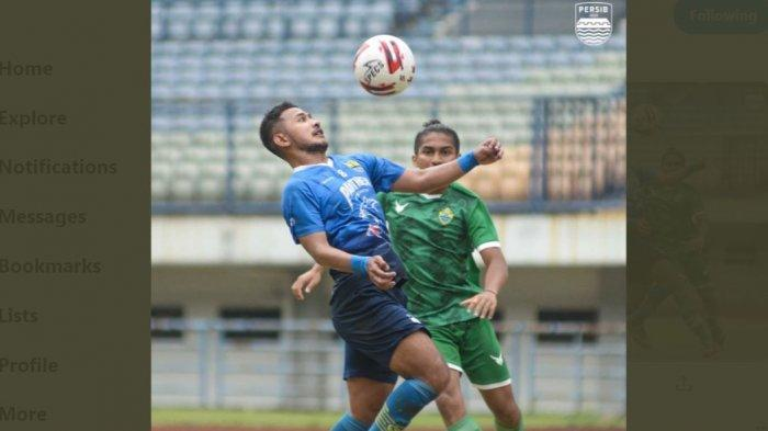 Persib Bandung vs PSKC Cimahi, pemain Persib Gian Zola berebut bola dengan pemain PSKC dalam laga uji coba di Stadion GBLA Bandung, Selasa (15/6/2021).