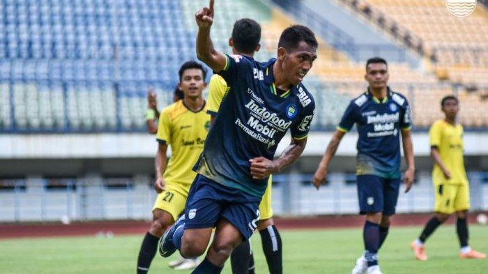 Pemain Persib Bandung Fret Butuan mencetak gol dalam laga persahabatan melawan Tim Pra Pon Jabar di Stadion GBLA, Sabtu (13/3/2021). Laga berakhir 3-2.