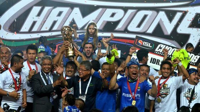 Wali Kota Bandung, Ridwan Kamil meluapkan kegembiraannya (ketiga dari kanan, kenakan iket dan berkacamata) saat Persib Bandung berhasil menjadi juara Liga Super Indonesia 2014, Jumat (7/11/2014).