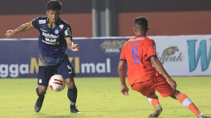 Pemain Persib Bandung dan Persiraja Banda Aceh bertarung di ajang Piala Menpora 2021 di Stadion Maguwoharjo, Sleman, Jumat (2/4/2021).