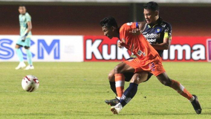 Kapten Persib Bandung Dedi Kusnandar bertarung berebut bola dengan pemain Persiraja Banda Aceh di laga Grup D Piala Menpora 2021 di Stadion Maguwoharjo, Jumat (2/4/2021).