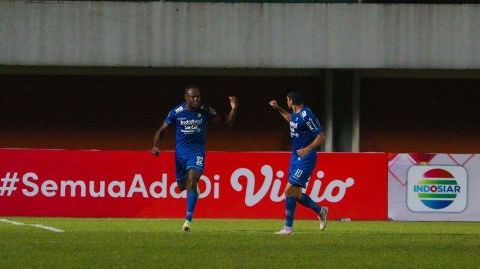 Victor Igbonefo (kiri) dan Esteban Vizcarra merayakan gol pertama Persib Bandung pada laga melawan PSS di semifinal Piala Menpora 2021 di Stadion Maguwoharjo, Sleman, Jumat (16/4/2021) malam.