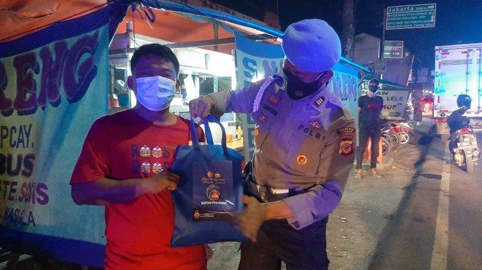 Patroli Skala Besar, Polresta Cirebon Bagikan Sembako kepada PKL yang Terdampak PPKM