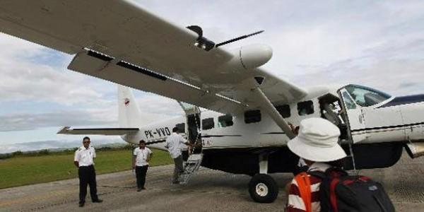 Penumpang menaiki pesawat Cessna 208 Caravan milik Susi Air di Bandara Eltari Kupang untuk menuju Larantuka, Flores Timur, NTT, Kamis (21/4/2011). Pesawat berbadan kecil menjadi transportasi udara yang sangat penting di NTT, karena mampu menjangkau antarpulau dengan cepat.
