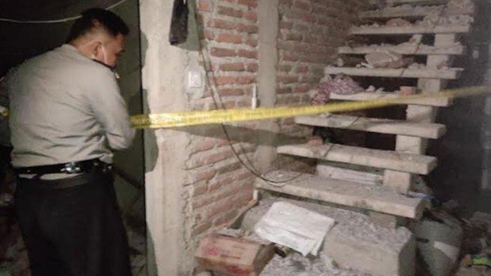 Rumah di Rt 01 Rw 01 Desa Sukorejo, Kecamatan Sukorejo, Kabupaten Ponorogo yang hancur karena ledakan petasan. Korban dua pemuda meninggal dunia, Selasa (27/4/2021) malam.