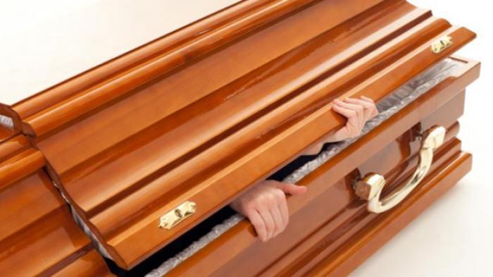 Saat Pemakaman Usai, Sang Suami Kaget Lihat Wujud Istrinya Masih Hidup dan Menyapanya