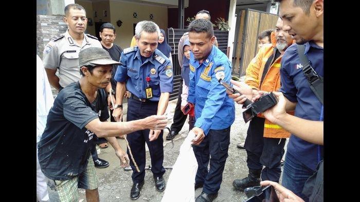 Petugas Damkar Kota Tasikmalaya Mulai Ikut Berburu Ular Kobra di Perumahan Tata Lestari