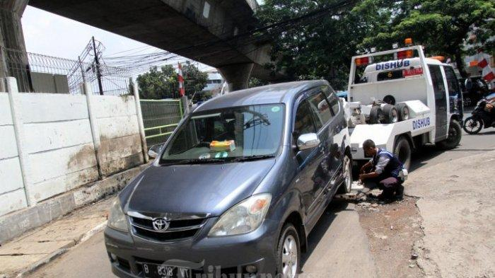Petugas Derek Kendaraan Parkir Sembarangan di Kota Bandung ...