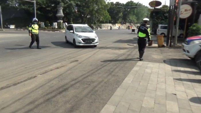 Cegah Penyebaran Covid, Petugas Gabungan Putar Balik Kendaraan yang Akan Berwisata di Purwakarta