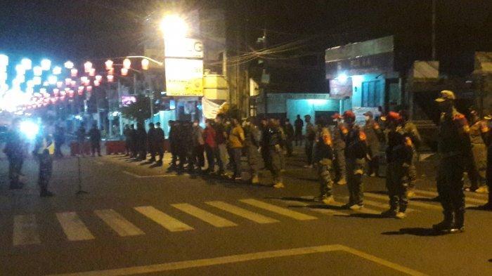 Petugas Gabungan Tutup Ruas Jalan Protokol Kota Purwakarta di Masa Pemberlakuan PPKM Darurat
