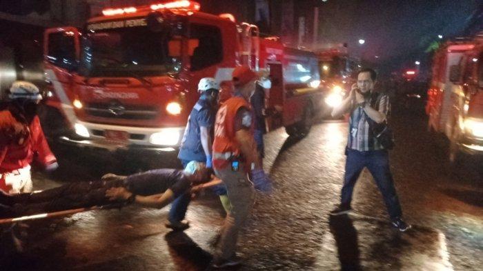 UPDATE Kebakaran BEC Bandung, Dua Petugas Keamanan Ditandu, Damkar Masih Berusaha Padamkan Api