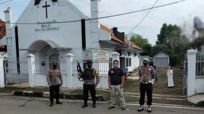 Petugas kepolisian Sat Sabhara Polres Majalengka menjaga ketat perayaan Hari Paskah, Jumat (2/4/2021).