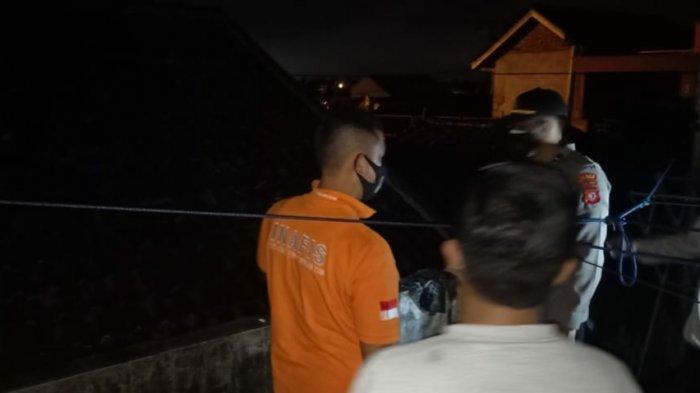 Petugas melakukan identifikasi di lokasi tersengatnya Deris (17), pelajar SMA di Kecamatan Tawang, Kota Tasikmalaya, Sabtu (31/7/2021) malam
