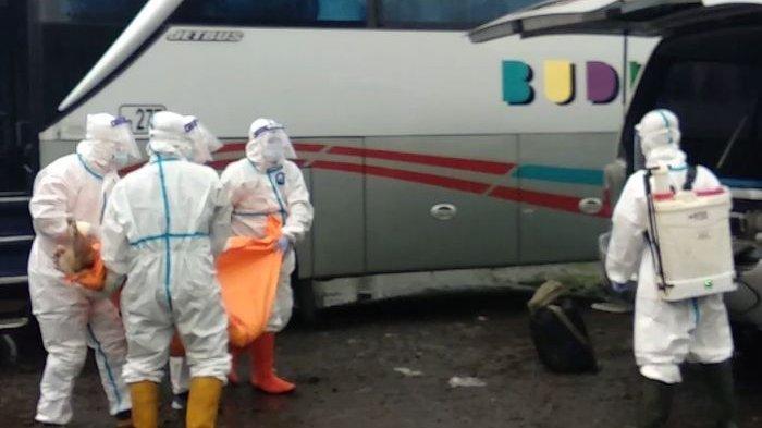 Pul Bus Budiman Tasik Mendadak Heboh, Seorang Penumpang Bus Meningal Dunia, Petugas Pakai APD