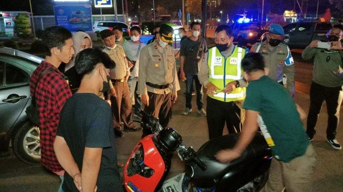 Antisipasi Kejahatan, Polres Cirebon Kota Gencar Patroli Malam, Sampai Periksa Jok Motor Warga