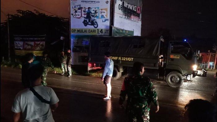 Petugas saat mengevakuasi warga di sekitaran PT Pertamina RU VI Balongan, Senin (29/3/2021).