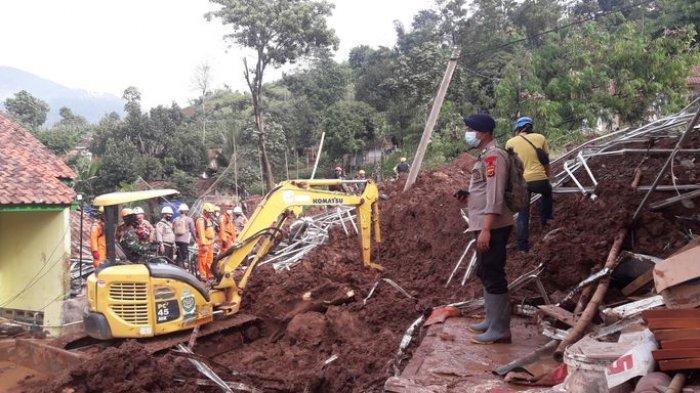 Petugas saat menyingkirkan material longsor menggunakan alat berat di Perum Pondok Daud, Kampung Bojongkondang, RT 03/10, Desa Cihanjuang, Kecamatan Cimanggung, Kabupaten Sumedang, Minggu (10/1/2021).