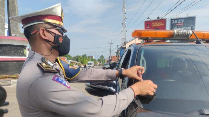 PPKM Level 4, Polres Majalengka Pasang Stiker untuk Kendaraan Kritikal dan Esensial