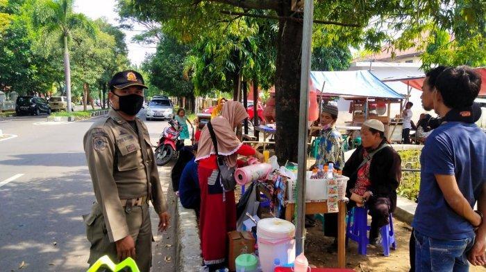 Satpol PP Ingatkan PKL Tidak Berjualan di Kompleks Pemkab Cirebon