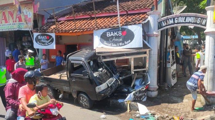 Kecelakaan di Siang Bolong, Pick Up Tabrak Warung Bakso dan Motor, Begini Kronologinya
