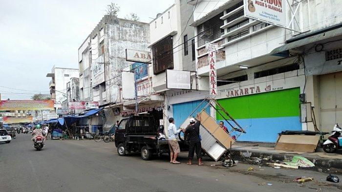 PKL Jalan Cihideung Kota Tasik Mulai Bongkar Lapak, Hanya Boleh Jualan Pagi hingga Sore