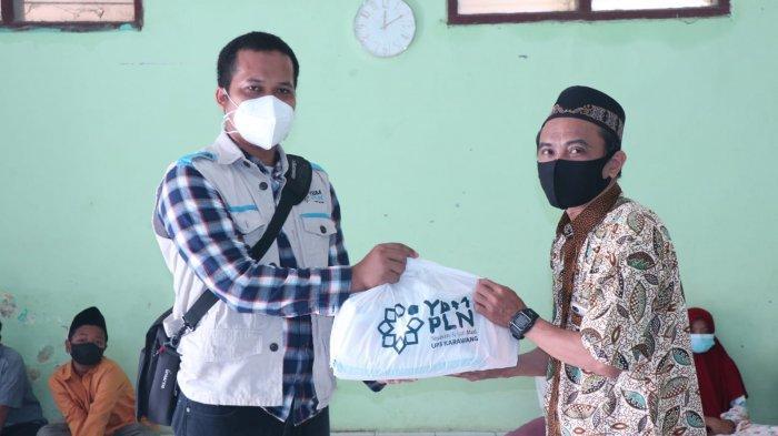 PLN UP3 Karawang Bagikan Ratusan Paket Sembako dan Daging Sapi kepada Warga dan RS Rujukan Covid-19