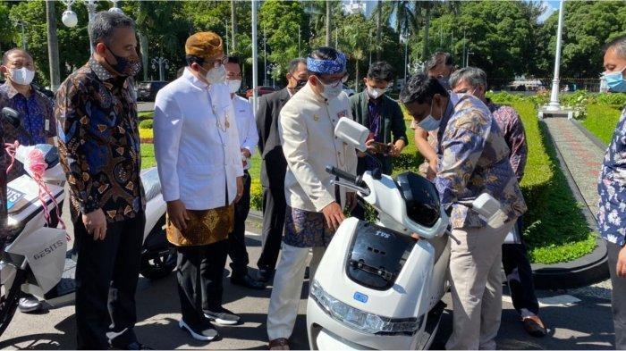Ridwan Kamil Raih Penghargaan atas Pemanfaatan Kendaraan Bermotor Listrik Berbasis Baterai