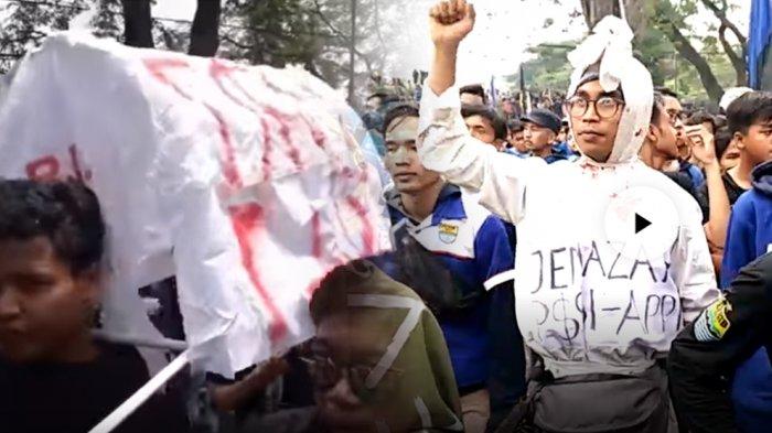 Bandung Melawan, Pocong dan Keranda Jenazah Ikut Demo Bersama Bobotoh Persib Melawan PSSI